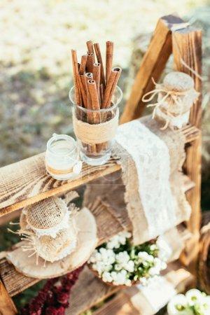 Photo pour Décoration de mariage rustique avec cannelle et fleurs - image libre de droit