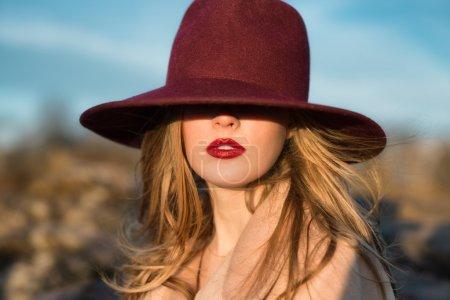 Portrait de belle femme élégante avec lèvres rouges et chapeau