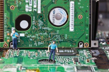 Photo pour Photo macro d'informatique électronique avec un policier - image libre de droit
