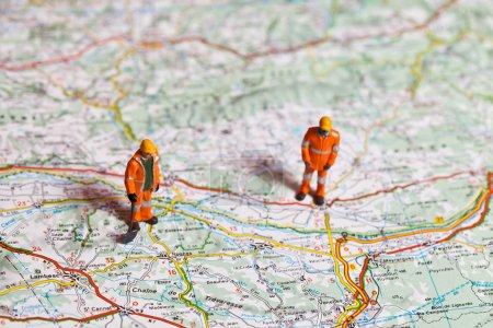 Foto de Trabajadores en miniatura en acción en una hoja de ruta en diversas situaciones - Imagen libre de derechos