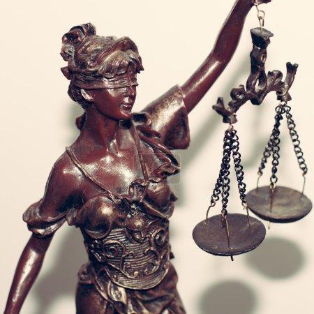 Photo pour Gros plan image de Dame justice ou Thémis tenant l'échelle avec les yeux bandés sur fond blanc - image libre de droit