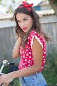 """Постер, картина, фотообои """"Молодая красивая женщина кинозвезды езда на велосипеде в сельской местности"""""""