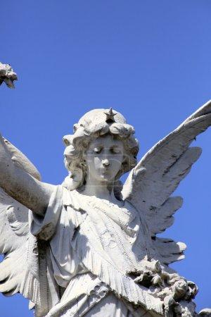 Photo pour Statue de l'Ange au cimetière de la recoleta, buenos aires - image libre de droit