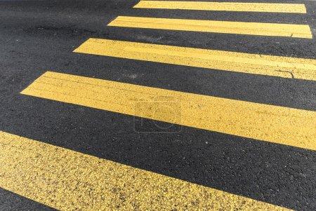 Photo pour Jaune, pederastian de passage dans la rue de l'asphalte et abstrait - image libre de droit