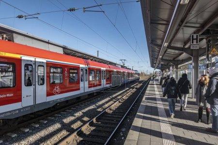 Frankfurt, Alemania - 5 de febrero de 2020: la gente espera en la estación de tren Frankfurt-Hoechst el tren que llega desde el centro de Frankfurt.
