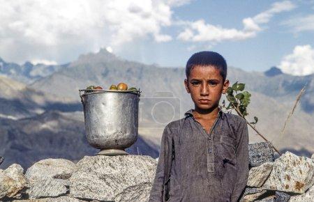 Foto de Gilgit, Pakistán - juli 1: Retrato de niño desconocido trabajo en juli 1, 1988 en gilgit, Pakistán. personas sufren en esa zona debido a la guerra de Afganistán. - Imagen libre de derechos