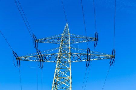Photo pour Tour de transmission avec lignes électriques continuant jusqu'à la distance - image libre de droit