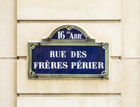 Photo pour Paris, france - rue des freres perier ancien panneau de signalisation - image libre de droit