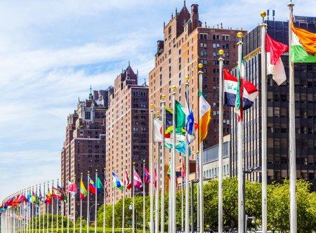 Photo pour New York, Etats-Unis - 12 juillet 2015: siège des Nations Unies avec des drapeaux des membres de l'ONU à New York. Le complexe a été le siège officiel des Nations Unies depuis 1952. - image libre de droit