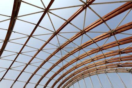 Photo pour Construction architecturale moderne de lattes en bois - image libre de droit
