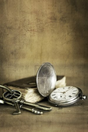 Photo pour Vintage grunge nature morte avec montre de poche, vieux livre et clés en laiton . - image libre de droit