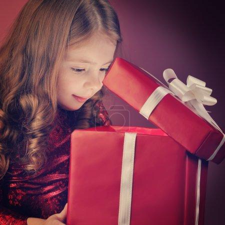 litle girl open gift box