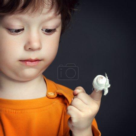 Photo pour Garçon avec une blessure bandée sur son doigt - image libre de droit