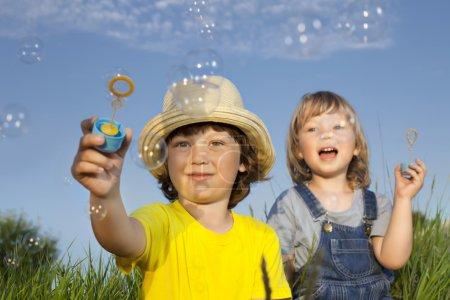 Photo pour Garçon jouer dans bulles - image libre de droit