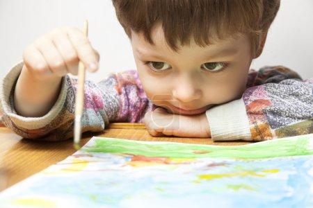 Foto de Niño lindo dibujo en casa - Imagen libre de derechos