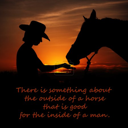 Il ya quelque chose à l'extérieur d'un cheval qui est bon pour l'intérieur d'un homme - un devis avec un fond d'une fille et un cheval que se découpant sur coucher de soleil