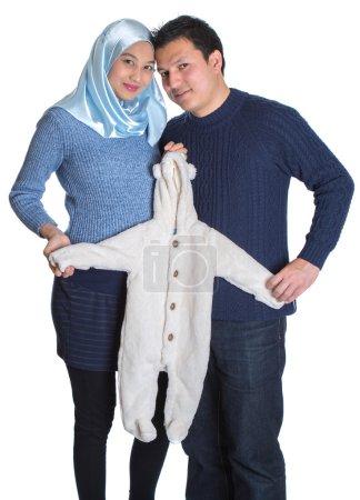 Photo pour Yand heureux et attendant couple musulman sur fond blanc - image libre de droit