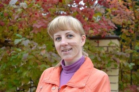 Photo pour Portrait de la jeune femme contre un buisson d'automne d'un guelder-rose - image libre de droit