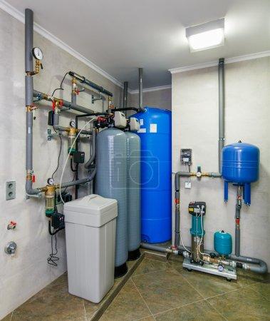 Photo pour Système de traitement automatique de l'eau avec capteurs et réservoirs. - image libre de droit