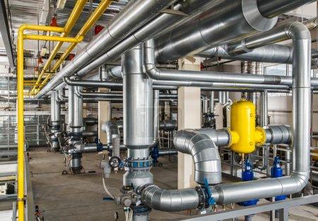 Photo pour Chaudière à gaz industrielle intérieure avec beaucoup de tuyauterie, pompes et vannes - image libre de droit