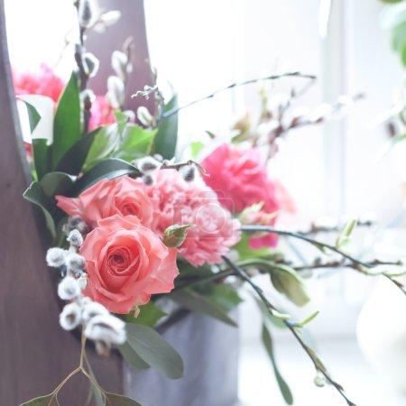 Photo pour Belles fleurs fraîches dans une boîte en bois, photo tonique - image libre de droit