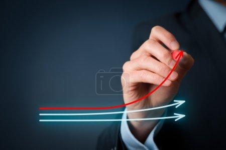 Photo pour Benchmarking et concept de leader du marché. Graphique de dessin de gestionnaire avec trois lignes, l'un d'eux représente la meilleure entreprise en concurrence - image libre de droit