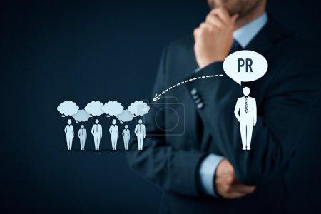 Photo pour Concept de relations publiques. Un homme d'affaires pense aux services de relations publiques et à leur impact sur le public - image libre de droit