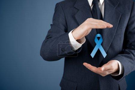 Photo pour Sensibilisation au cancer de la prostate, de paix et de sensibilisation de la maladie génétique - homme avec protection et support geste et ruban bleu. - image libre de droit