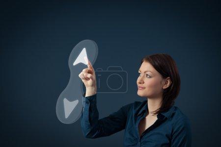Photo pour Femme touchant le bouton, la croissance, le succès, l'avancement professionnel, l'accélération des affaires, et les concepts de progrès . - image libre de droit