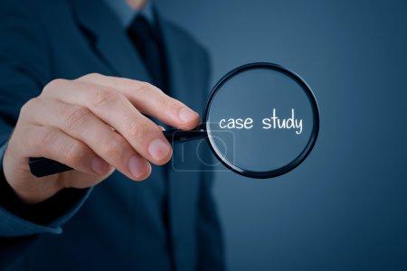 Photo pour L'homme d'affaires s'est concentré sur l'étude de cas. Homme d'affaires agrandir texte manuscrit étude de cas - image libre de droit