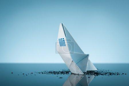 Photo pour La Grèce est comme un navire qui coule - image libre de droit