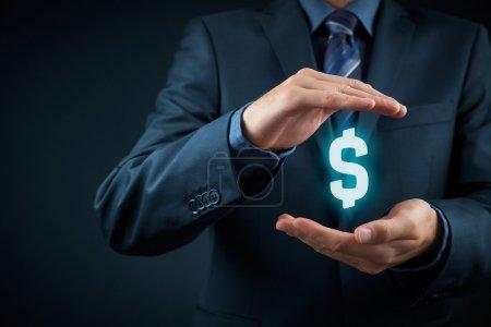 Photo pour Un homme avec un symbole dollar. Protéger les finances de l'entreprise et l'optimisation fiscale, l'investissement de l'entreprise, représenté par un symbole dollar - image libre de droit