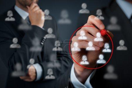 Photo pour Segmentation marketing, public cible, service à la clientèle, gestion de la relation client et concepts de team building - image libre de droit