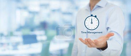 Homme d'affaires avec horloge montre attend le délai