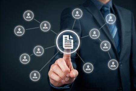 Photo pour Système ministériel de gestion des données (SGD) et concept de système de gestion des documents. Homme d'affaires cliquez (ou publiez) sur le document lié aux utilisateurs d'entreprise avec des droits d'accès - image libre de droit