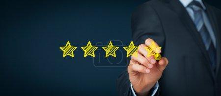 Photo pour Homme d'affaires dessiner cinq étoile jaune pour augmenter la cote de son entreprise. Composition de la grande bannière - image libre de droit