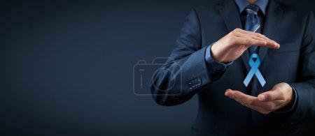 Photo pour Sensibilisation au cancer de la prostate, de paix et de sensibilisation de la maladie génétique - homme avec protection et support geste et ruban bleu. Composition de la grande bannière - image libre de droit