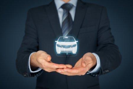 Photo pour Concept d'assurance automobile et de services automobiles. Homme d'affaires avec offre geste et icône de la voiture - image libre de droit