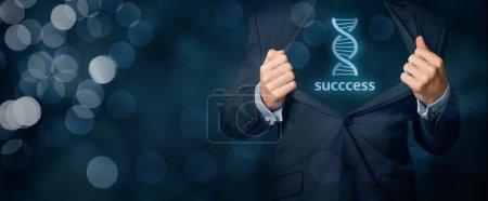 Photo pour Homme d'affaires montre qu'il a des gènes (talent, capacité naturelle, aptitude) pour le succès dans les affaires (représenté par le symbole d'ADN). Composition large bannière avec bokeh en arrière-plan - image libre de droit