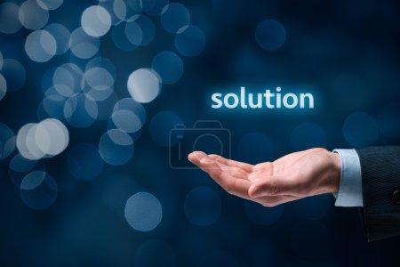 Homme d'affaires ou un consultant donnent une solution d'entreprise