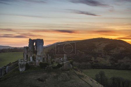 Photo pour Image de paysage des ruines enchanteresses du château de conte de fées pendant le beau coucher de soleil - image libre de droit