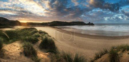 Photo pour Beau paysage du matin d'été sur la plage de sable jaune - image libre de droit