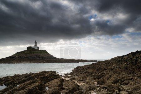 Photo pour Paysage du phare avec ciel orageux sur la mer - image libre de droit
