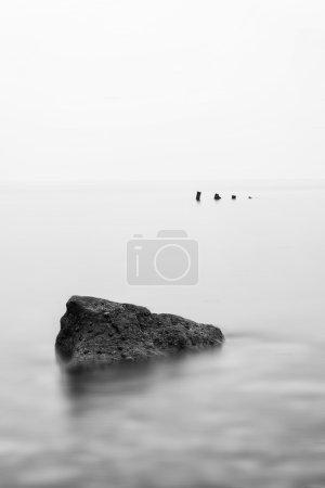 Photo pour Paysage image minimaliste de naufrage ruine en mer noir et blanc - image libre de droit
