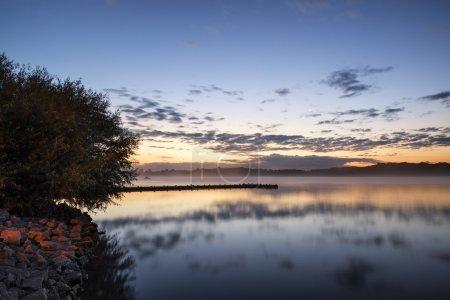 Photo pour Lever de soleil paysage de jetée sur le lac calme - image libre de droit
