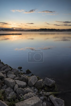 Photo pour Paysage du lever du soleil de la jetée sur le lac calme - image libre de droit