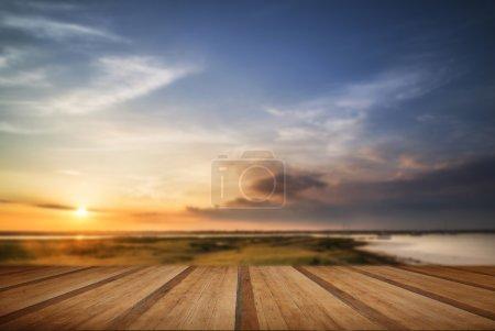 Photo pour Paysage estival magnifique au coucher du soleil sur les zones humides et le port avec planches de bois - image libre de droit