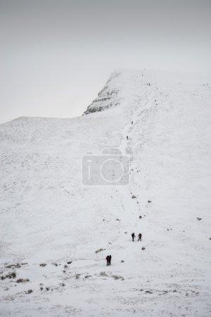 Photo pour Superbes vues sur le paysage depuis le sommet de montagnes enneigées en hiver dans l'inversion des nuages - image libre de droit