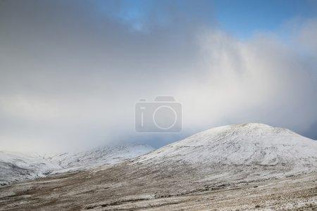 Photo pour Beau paysage de montagnes enneigées en fin d'après-midi en hiver - image libre de droit