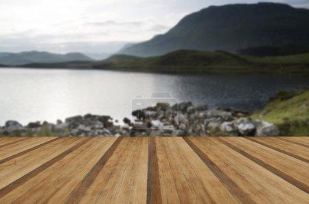 Photo pour Beau lever de soleil reflété dans le calme paysage des lacs avec planches de bois plancher - image libre de droit